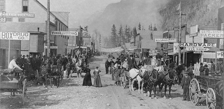 """Broadway, Skagway, Alaska, May 20, 1898"" photographed by Eric A. Hegg © Library University Washington; Public Domain"
